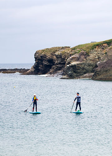 stand-up paddleboarding lesson in the cove at port gaverne